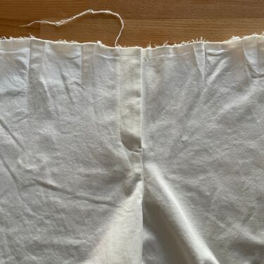 「KANA'S STANDARD」の白いパンツをリメイク。Work-In-Progress 2(前ファスナー付け)